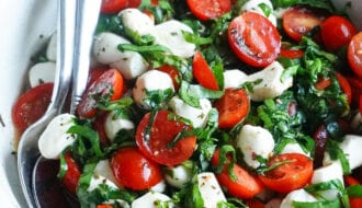 How To Make Easy Caprese Salad with spinach